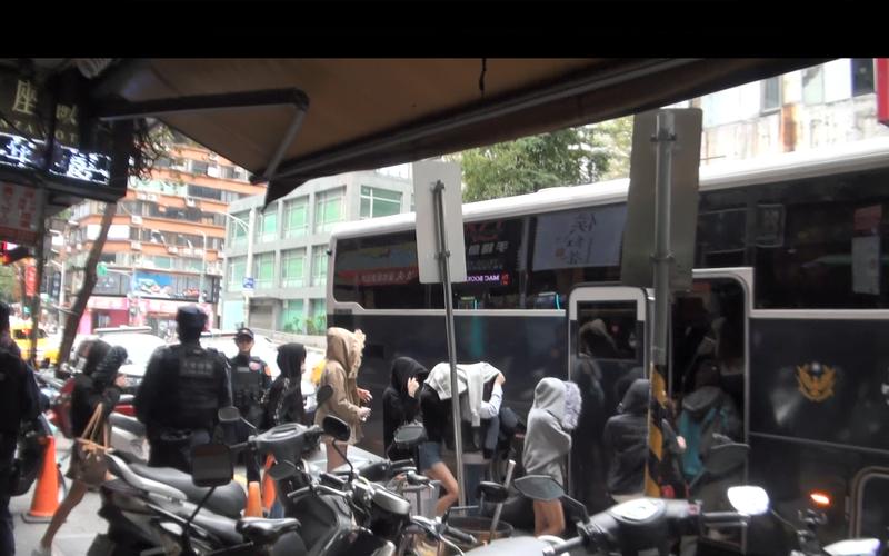 警方凌晨突襲酒店,帶回24名涉嫌吸毒、持毒、販毒的嫌疑人。(警方提供)