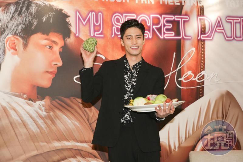 成勛初次品嘗台灣水果,立刻愛上釋迦的滋味。