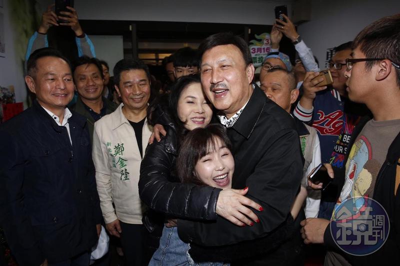 代表民進黨出征的余天當選立委,開心地與家人相擁。
