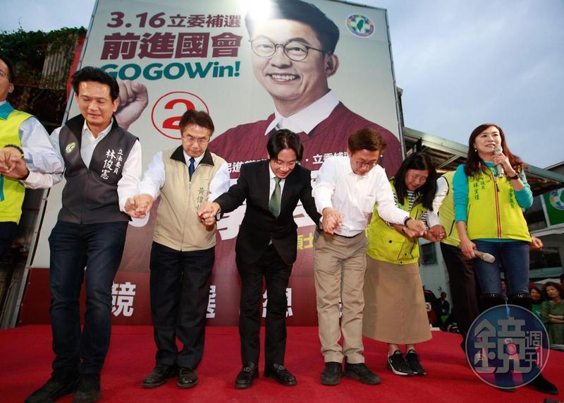 民進黨提名的郭國文順利當選,與前行政院長賴清德、台南市長黃偉哲等人向鄉親謝票。