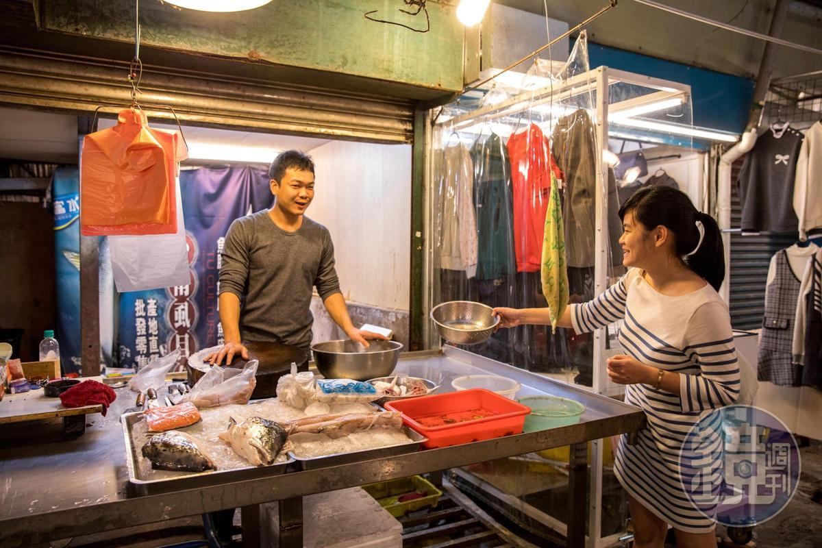 盧怡安都會請三重幸福市場的虱目魚攤老闆把魚腸留給她。