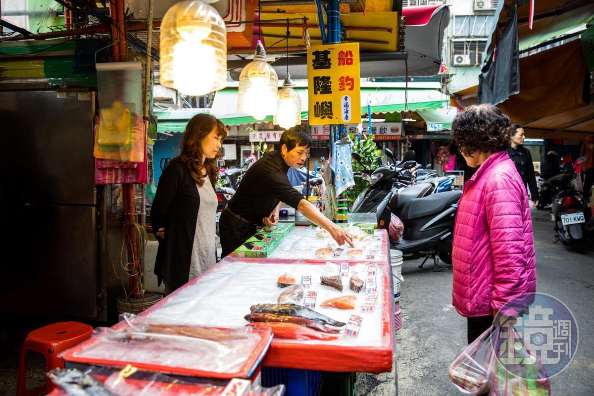 三重幸福市場裡,盧怡安最常採買的手釣魚攤。