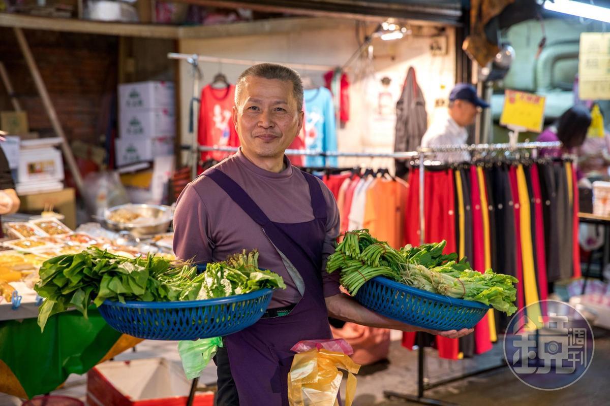 快收攤時,蔬菜攤老闆就會化身為行動菜攤促銷。