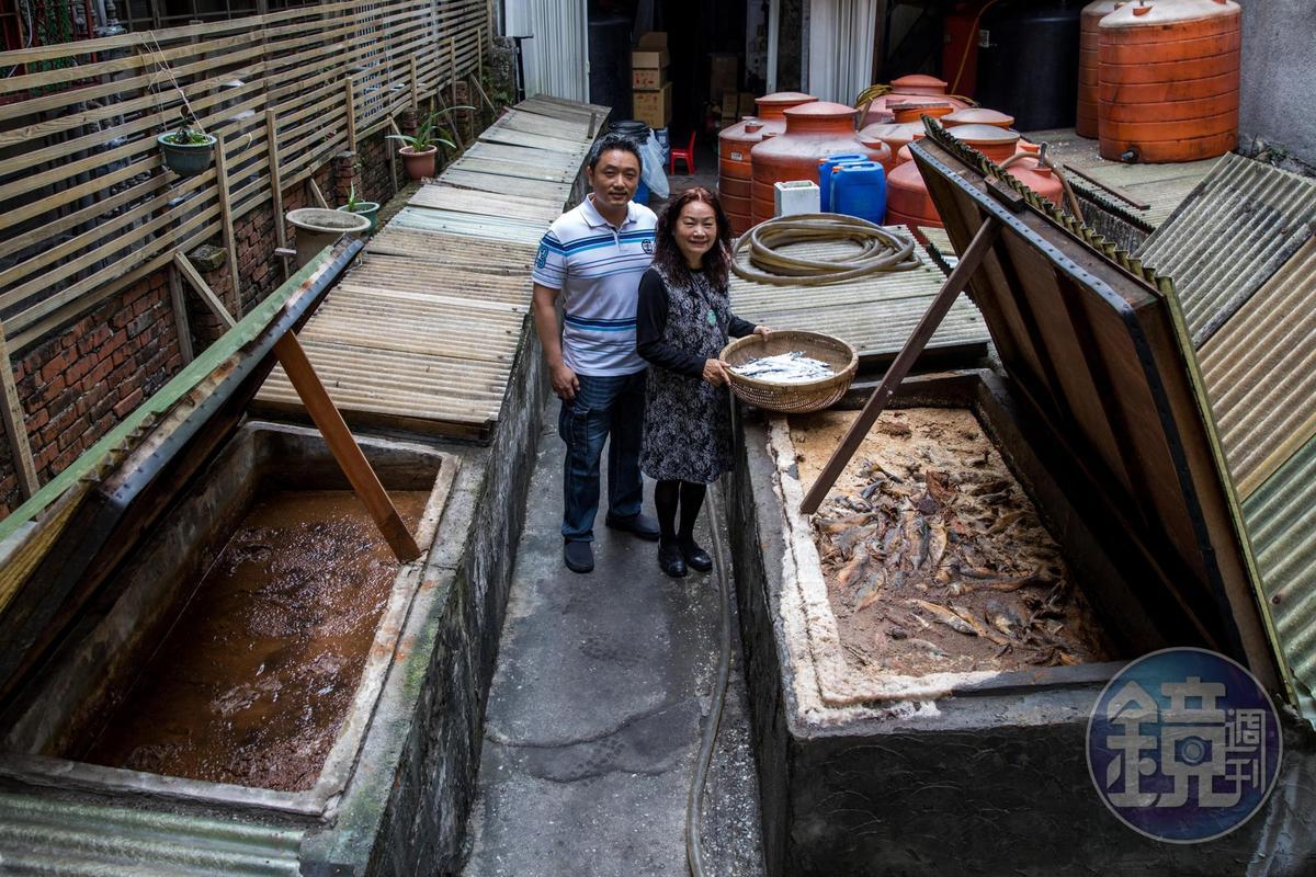 民星第三代老闆郭宥森(左)與母親一同守護這間80年的魚露工廠。