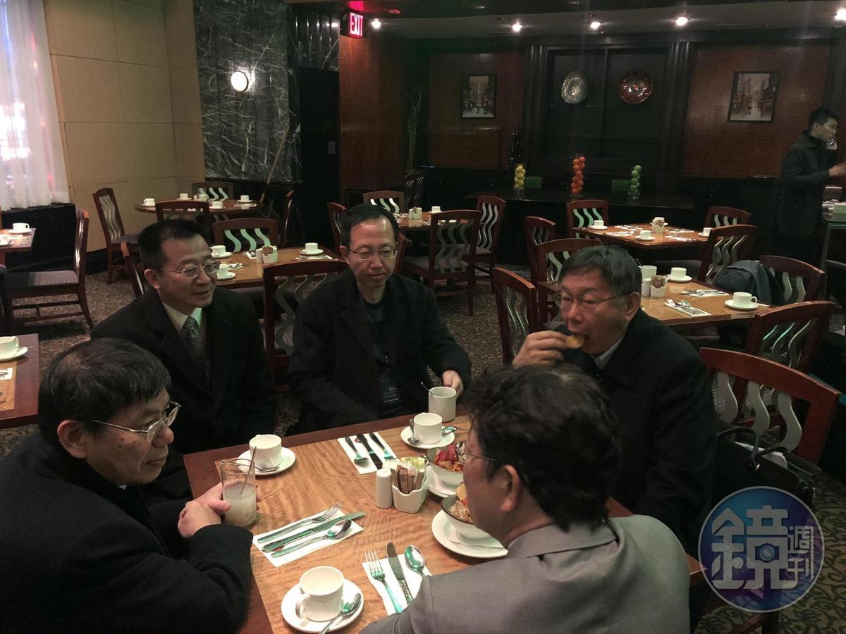 柯文哲抵達飯店後,與幕僚簡單用餐。