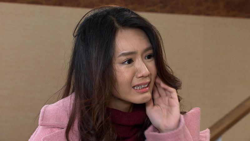 《大時代》中李又汝歇斯底里想離開不幸福的家,被陳妍安打巴掌。(民視提供)