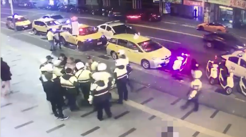 警方不敢大意啟動快打部隊到場。(警方提供)