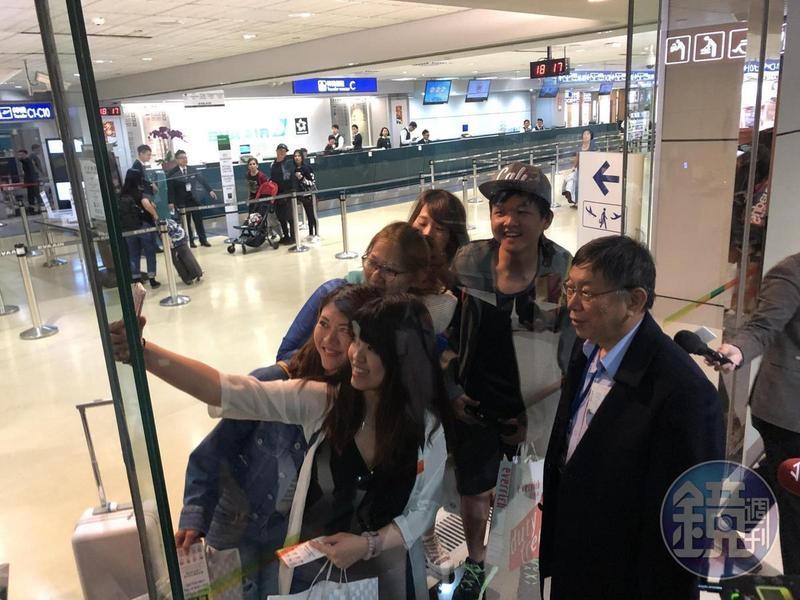 柯P這次訪美,在桃園機場都有粉絲要求自拍。