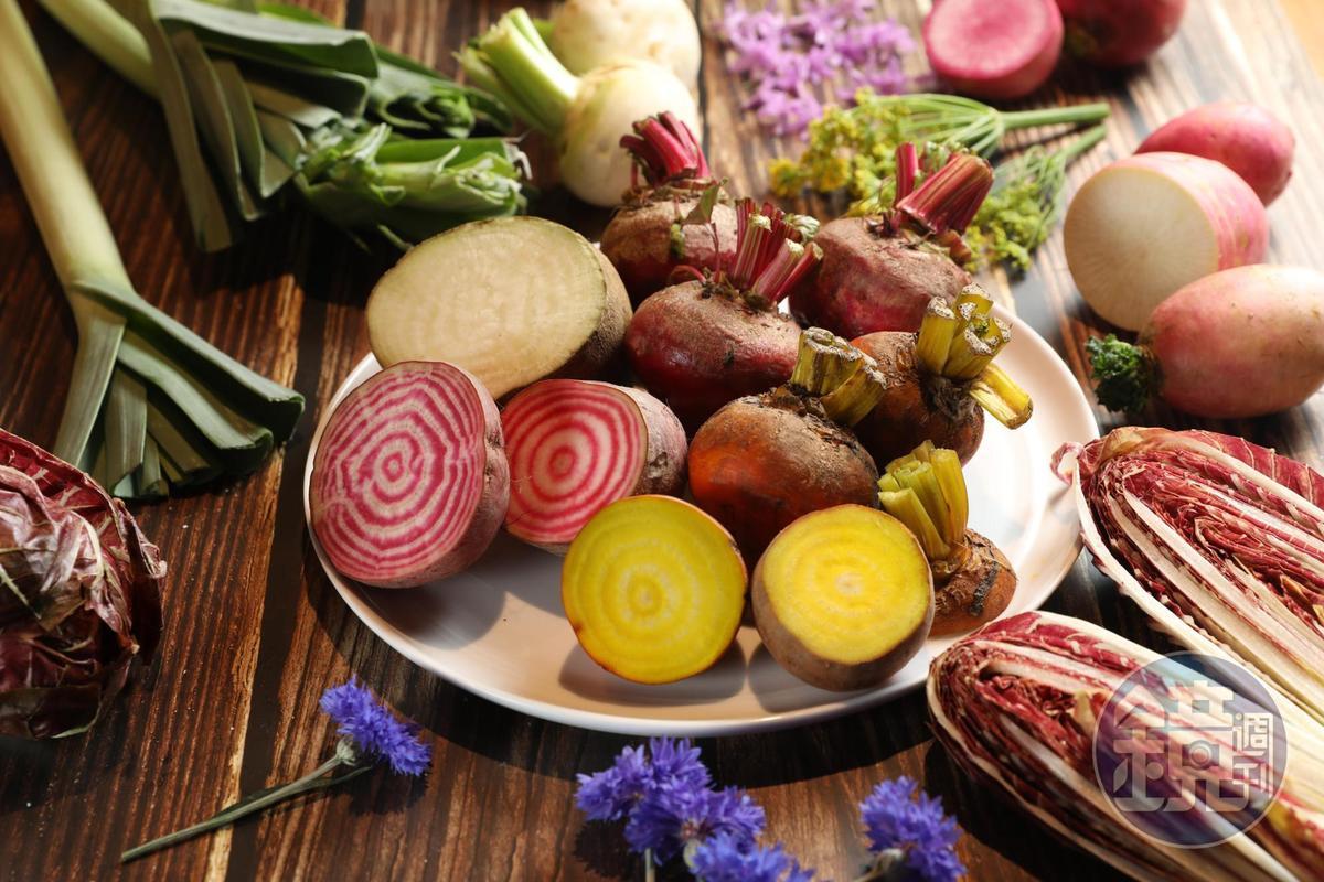 這裡可以採買到台灣星級餐廳搶購的「元氣家食用花卉、蔬果」 ,回家自己當大廚。(圖示蔬果18元~43元起/100克;食用花卉100元起/盒)