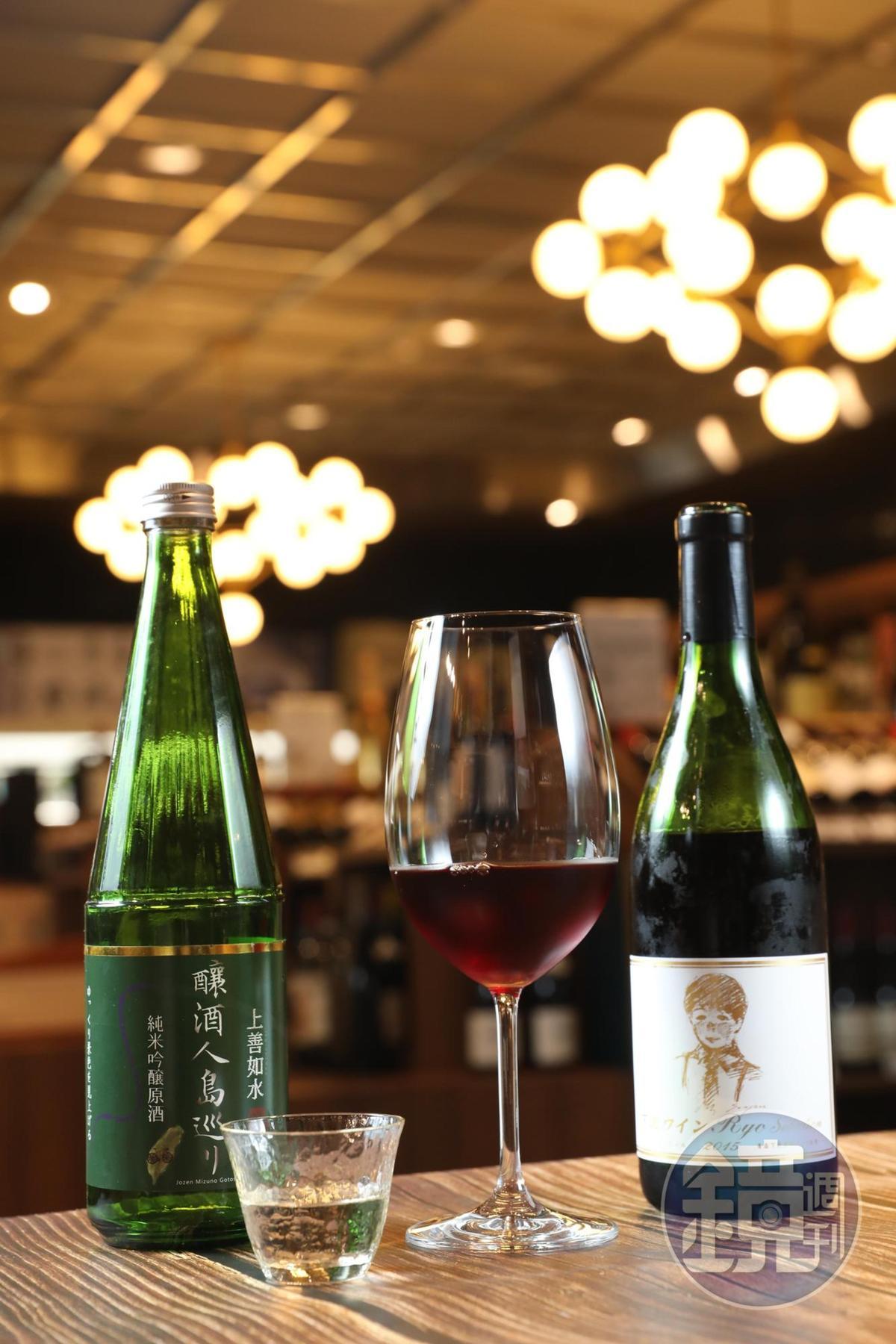 日本葡萄酒「Ryo Selection 下北葡萄酒莊紅葡萄酒」(右,2,450元/瓶),有豐美生津果汁感;微風獨家酒款「新潟上善如水釀酒人島巡純米吟釀原酒」旨味飽滿,這款清酒是業者特別為台灣人釀造的風味。(左,1,800元/瓶)。