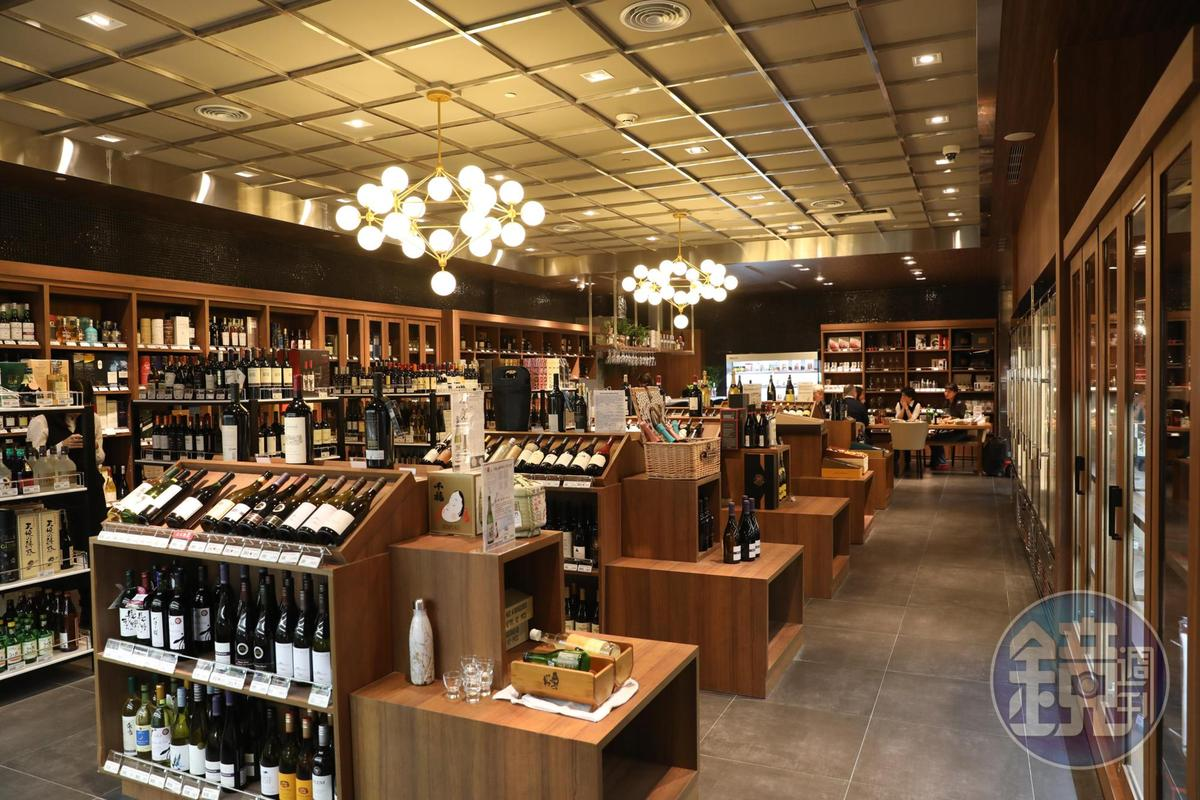 酒吧區有葡萄酒、清酒、威士忌等酒款,並有專業人員協助選酒。