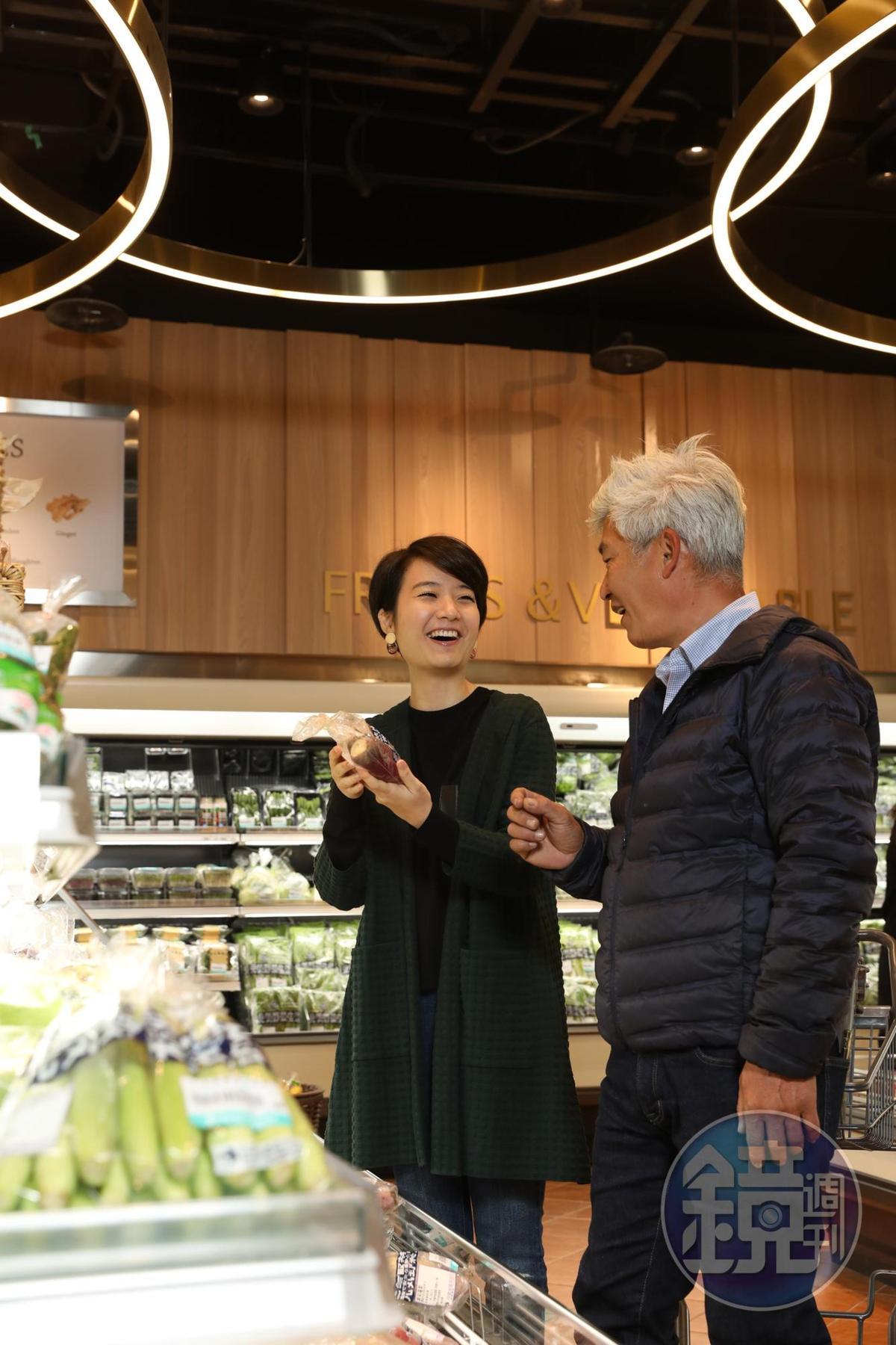 遇到台南「元氣家農場」老闆林中智親自來到超市上架蔬菜,並熱情解說蔬菜風味,美食家高琹雯(Liz)認為買菜還能長知識。