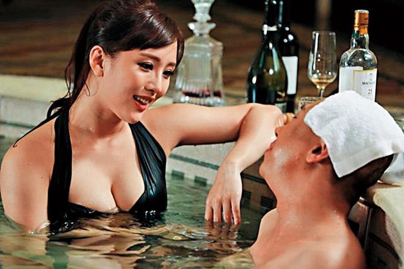 陳靜(左)在陸片《魔卡行動》首演妖豔拜金女,在泳池灌醉男主角,騙取電腦密碼。