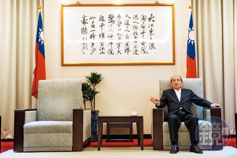 王金平自1999年起擔任院長,任期經歷李登輝、陳水扁、馬英九3位總統,在任17年,3年前跌落龍頭寶座,其牆上書畫「大江東去,浪滔盡,千古風流人物」對照其際遇,令人低回不已。
