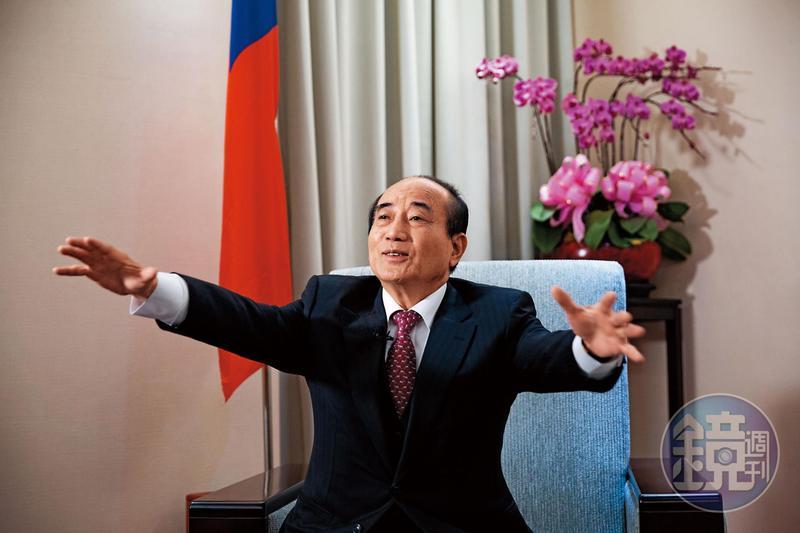 為人處事謹小慎微的王金平,肢體語言拘謹,但宣布選總統之後,連日受訪手勢大開大闔,頗有放手一搏的氣勢。