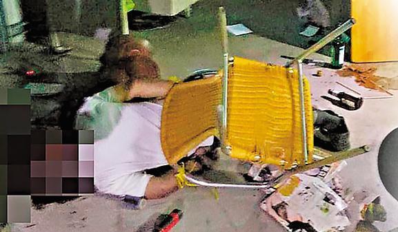 命案發生時,警方發現鐵工廠老闆雙手遭綑綁在椅子上,頸部數十刀傷,倒臥血泊中。(翻攝畫面)