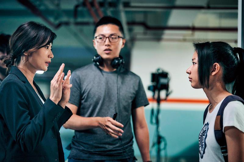 製作人林昱伶找新銳導演林君陽(中)執導,並密切掌握現場狀況,隨時給予導演協助。左為演員賈靜雯,右為陳妤。(公視提供)