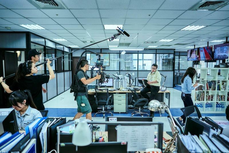 劇組打造《我們與惡的距離》新聞台主景,設備及細節都極符合真實情況。(公視提供)