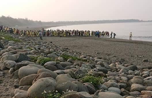 有網友直擊台南漁光島出現數百位民眾,疑似為宗教團體舉行放生儀式,將淡水魚放生到含鹽分的海中。(翻攝自爆料公社)