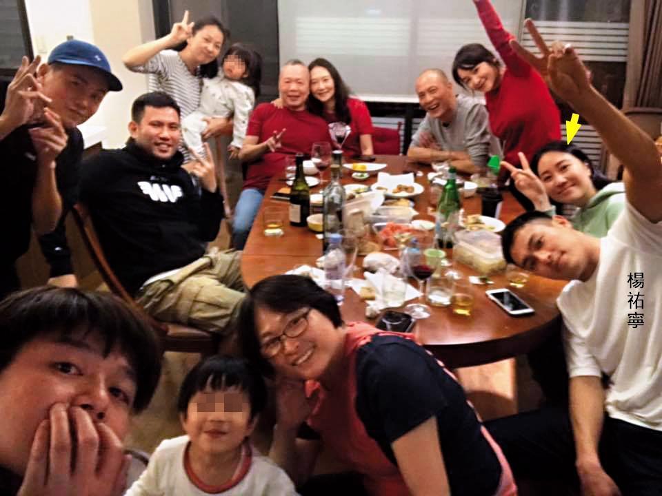 今年大年初一楊祐寧(前排右一)全家福聚餐,Melinda(箭頭處)也以楊祐寧女友身分出現在照片中,儼然已是楊家一分子。(翻攝自林美麗臉書)