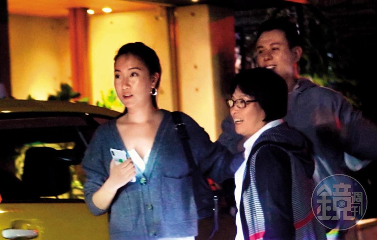 3/15 00:25 直到隔天凌晨,Melinda(左)和楊媽媽(中)才在餐廳老闆親自護送下離開,Melinda還細心招呼楊媽媽搭車。