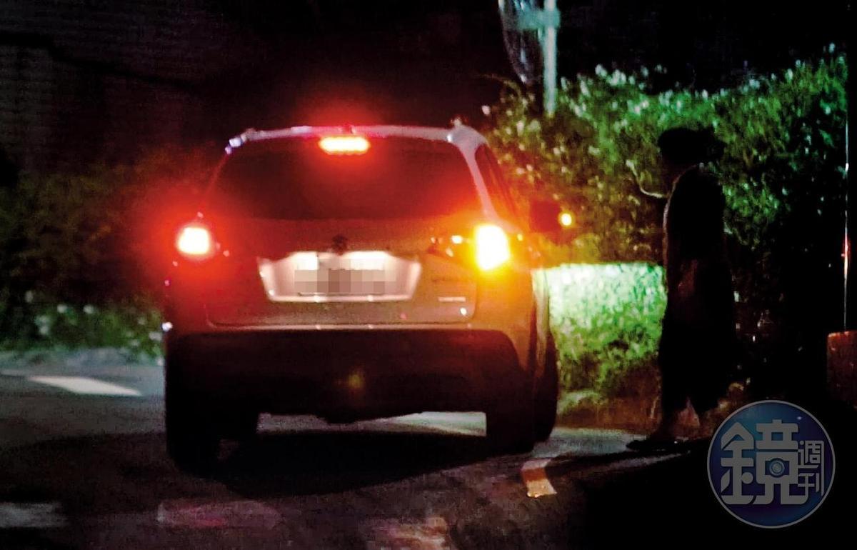 00:40 Melinda先將楊媽媽(右)送回家,再回到跟楊祐寧同居的住處。