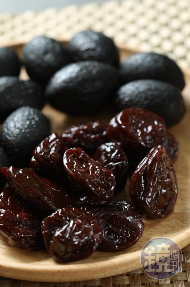程安琪經常到「快車食品」買「大仙李」(前,50元/包)和「化核黑橄欖」(後,100元/包),寄給在美國的妹妹程美琪當思鄉零嘴。