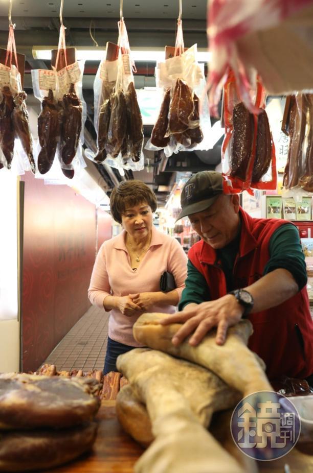 萬有全老闆田種禾(右)為料理老師程安琪說明火腿風味。