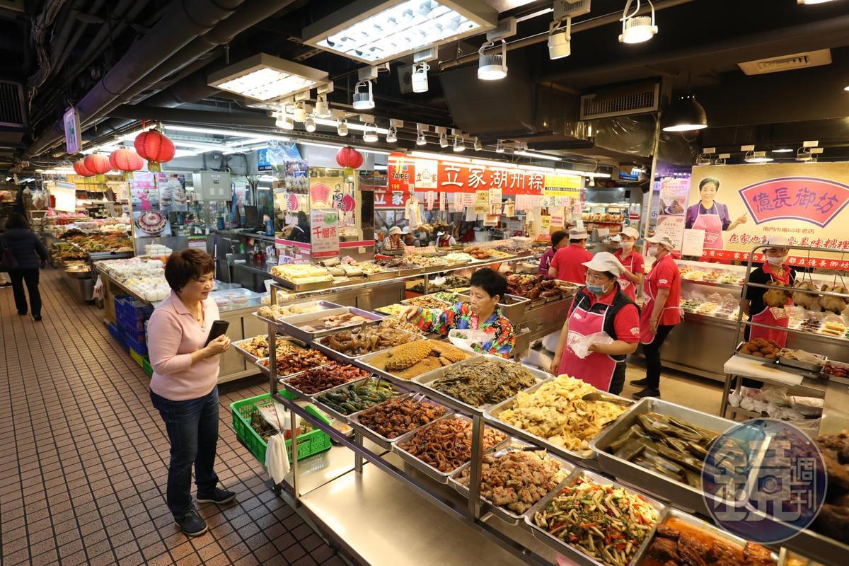 「億長御坊」是南門市場的「天下第一攤」,熟食攤菜色多樣。