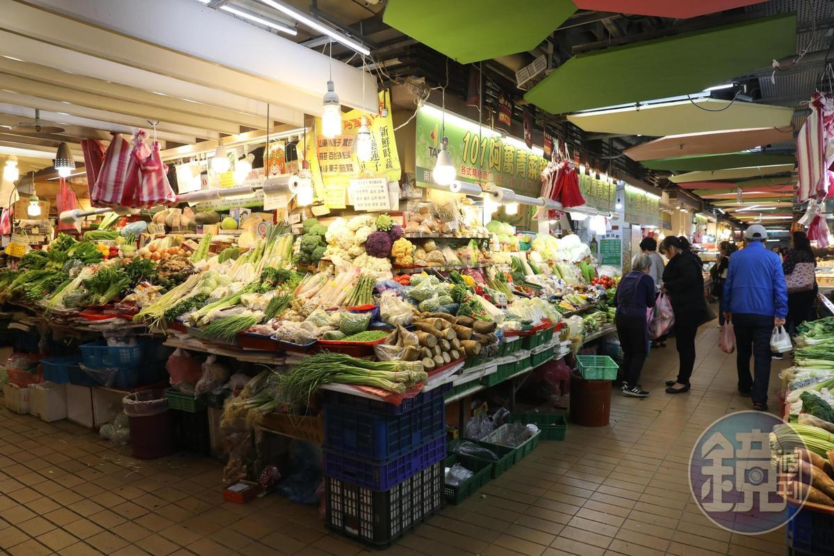 南門市場地下1樓供應魚鮮蔬果。