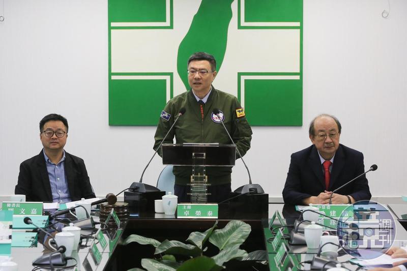 民進黨主席卓榮泰下午在民進黨中常會前特地發表聲明,呼籲黨內對總統初選的表態「到此為止」。
