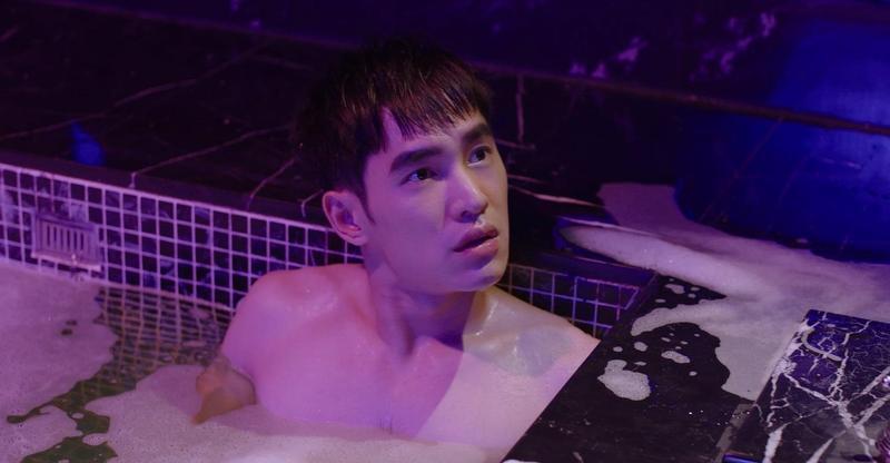 張書豪在汽車旅館泡湯,秀出半裸胸肌。(歐銻銻娛樂提供)