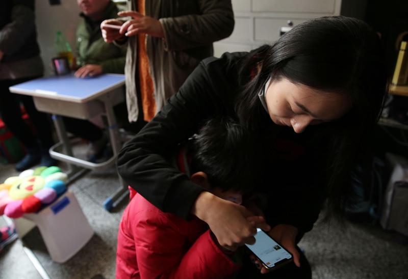 中國一名年輕媽媽因為長時間熬夜玩手機而猝死,被發現時雙眼還緊盯著手機。(東方IC)