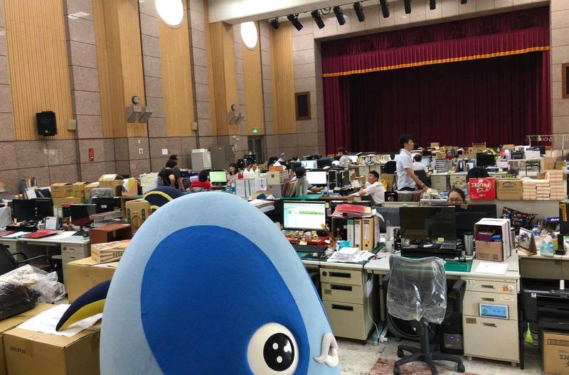 韓國瑜將辦公地點從四維改到鳳山,因不滿原本辦公室,與海洋局交換空間,卻讓近百名公務員在等待整修期,必須擠在大禮堂辦公。(圖取自煥然一新 簡煥宗臉書)
