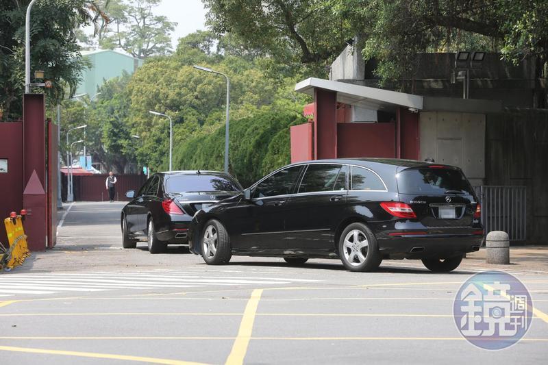 本刊直擊民進黨團總召柯建銘、中常委陳勝宏等人的座車於中午11時13分時駛入總統官邸。