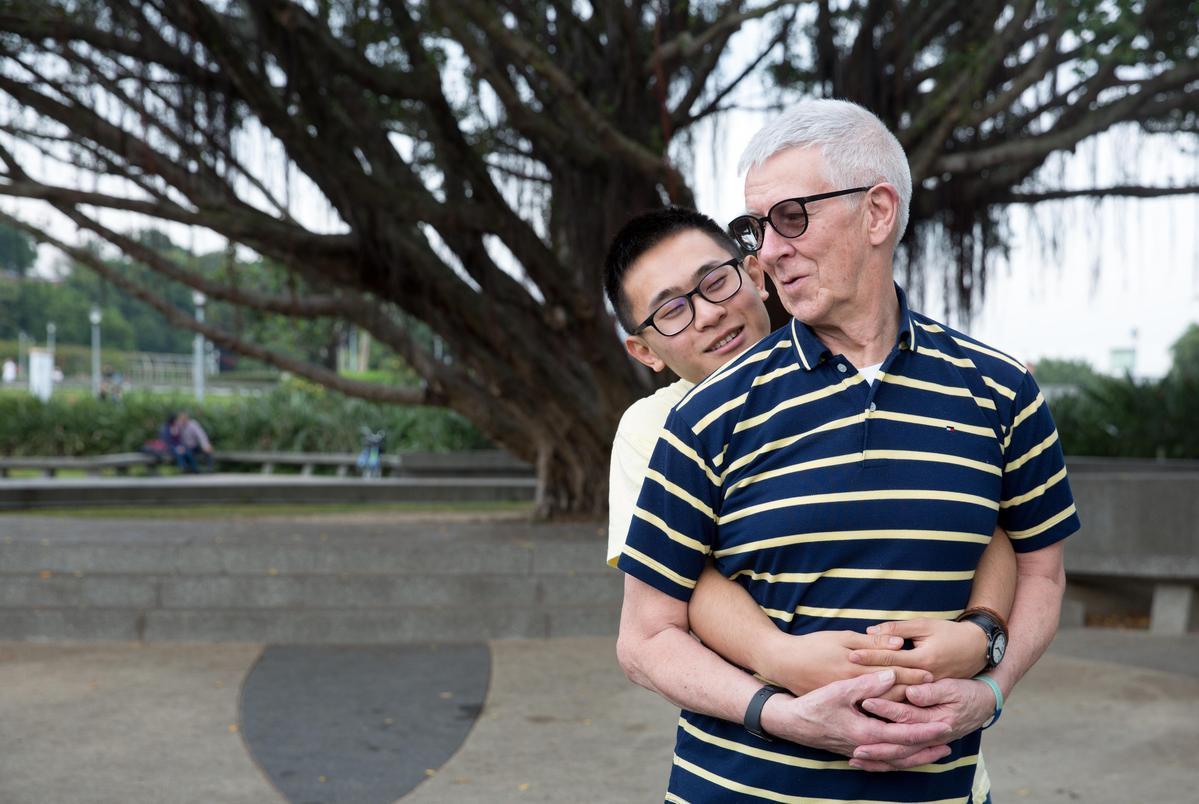 趙守泉和Andi無視於旁人異樣眼光,就像普通戀人般,表現親暱。