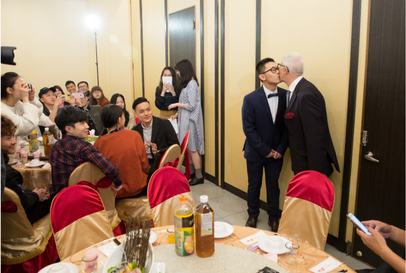 台英跨國同志婚禮,新郎趙守泉和Andi Goodier交換了誓言和戒指後,成為夫夫。