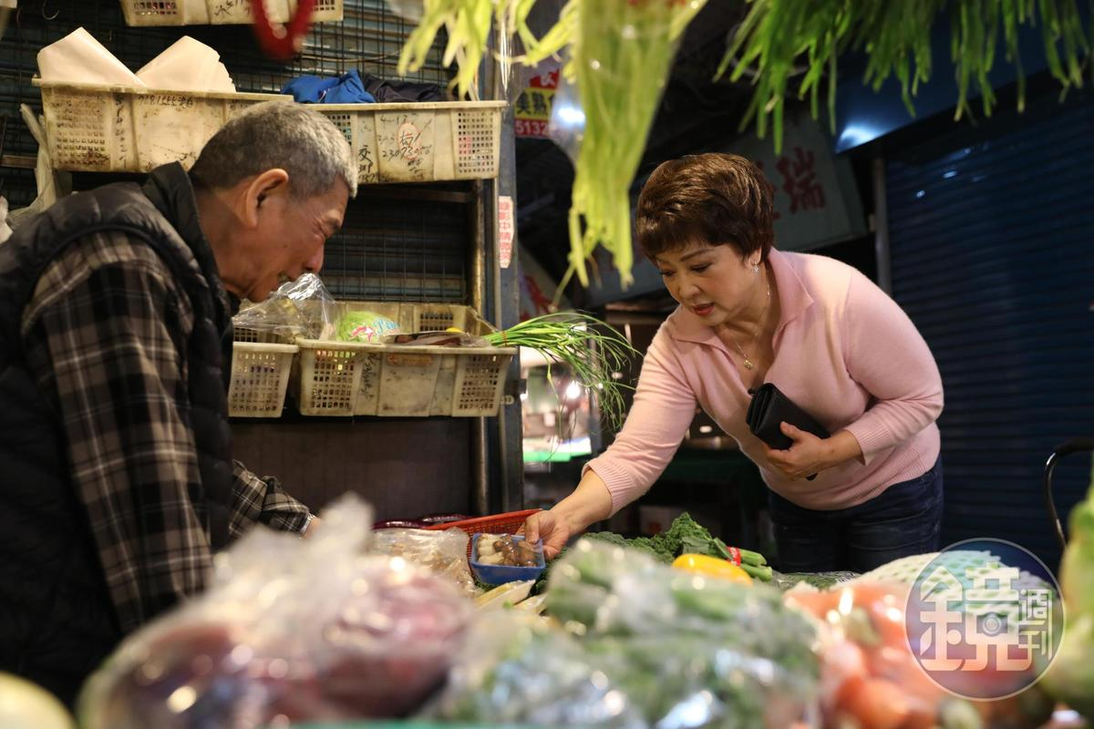「老林蔬菜」老闆林朝清菜樣多款,常有客人託他找特殊蔬菜,再來攤子上取菜。