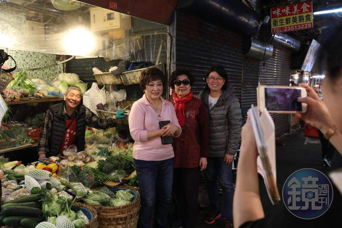 程安琪和「東門市場」的許多老闆們認識超過40年,是舊識也是料理夥伴,這天店家請採訪團隊為他們拍照。