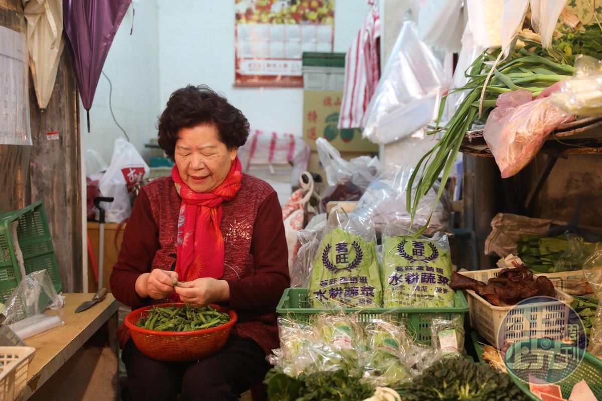 「老林蔬菜」老闆娘日日清晨手剝甜豆仁。
