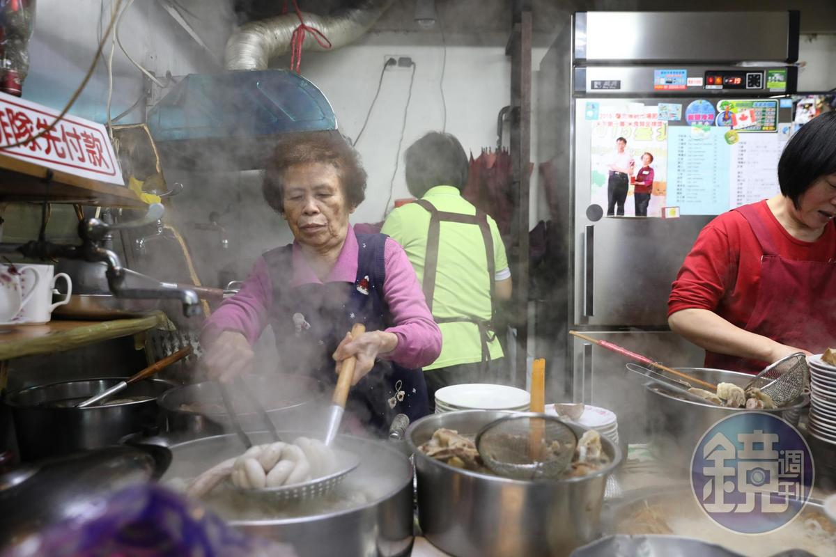 「羅媽媽米粉湯」鍋裡滾煮著豐美的內臟食材,現點現切、鮮甜細潤。
