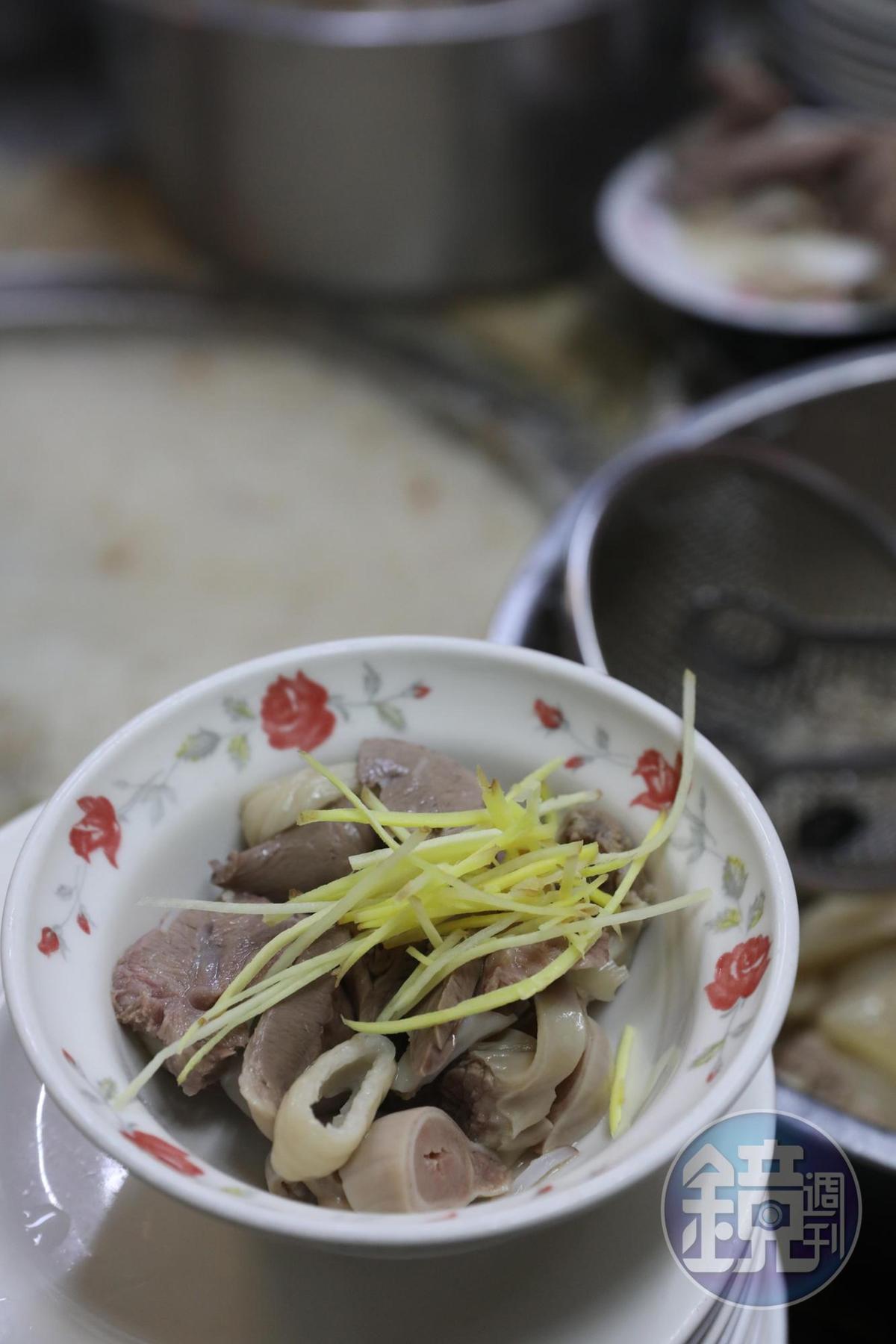 「羅媽媽米粉湯」隱藏版料理「綜合內臟湯」,是內臟控的天菜。