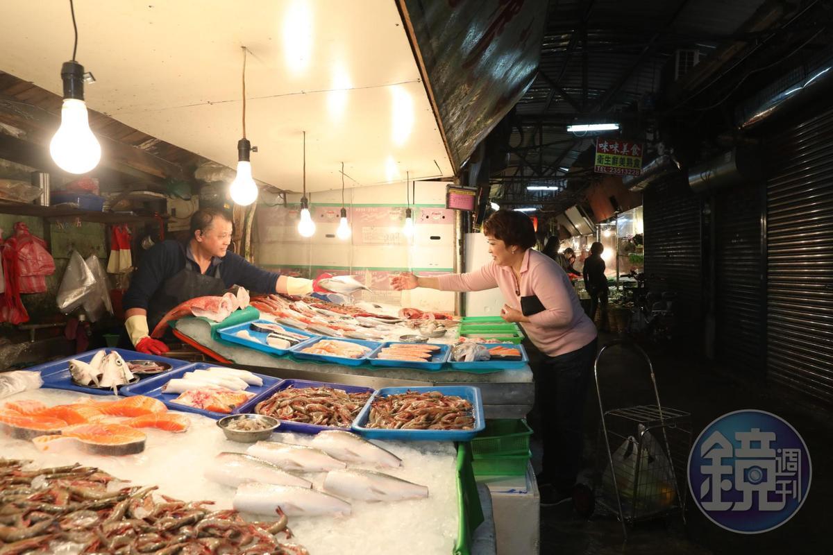 市場交易蔬果魚鮮,也交流人情。