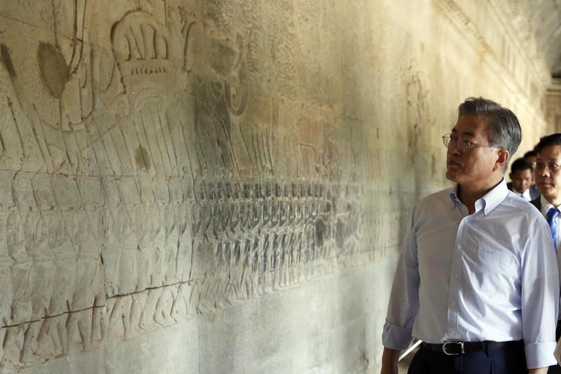 南韓總統文在寅出訪東南亞,走訪柬埔寨知名景點吳哥窟。(東方IC)