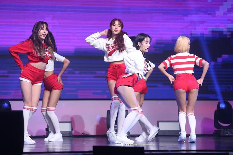 韓國女團AOA的舞蹈與造型都非常性感,不止露腿翹臀,還有互相磨蹭撫摸的舞蹈動作。(東方IC)