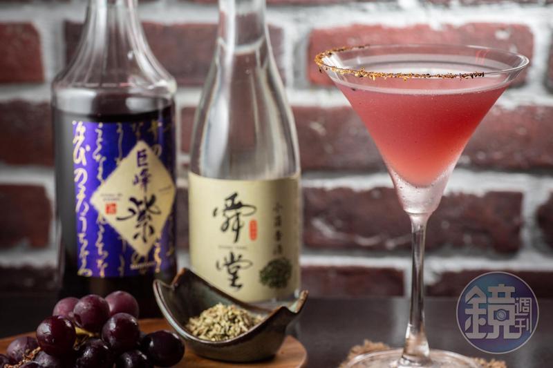 「老羶的午夜夢茴」濃烈中有茴香有葡萄,勾引飲者的肉食衝動。(350元/杯)