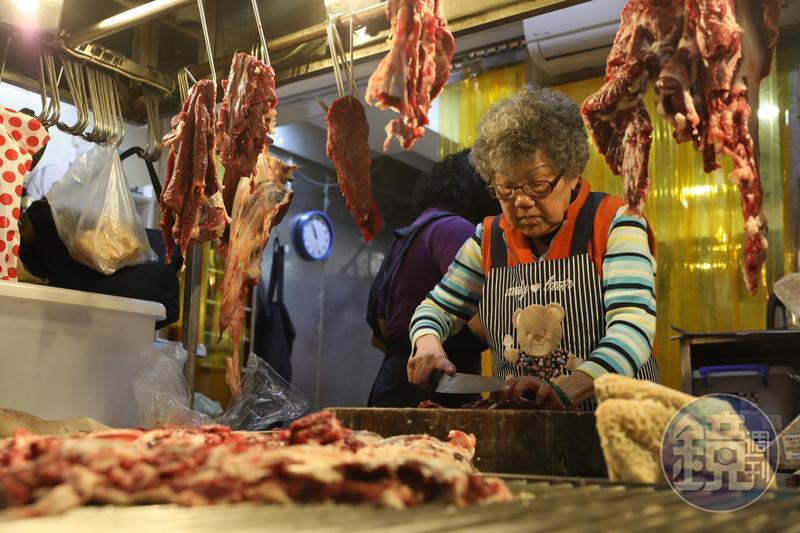 「東門市場」裡知名的「萬國牛肉」,站在前台的是86歲的老闆楊鳳嬌,她每日精神奕奕,持刀解牛。