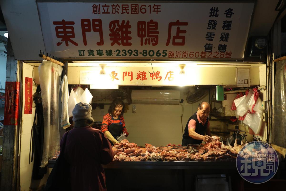 「東門雞鴨店」提供土雞、肉雞和內臟,可代客分切,方便料理。