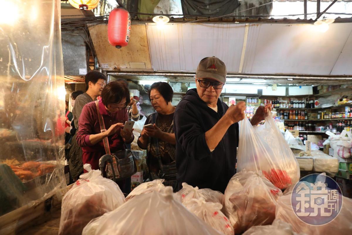 「客製化豬肉攤」老闆高明宗已退休,但接受老客人以LINE預約,每週五的市場領肉日有如粉絲見面會。
