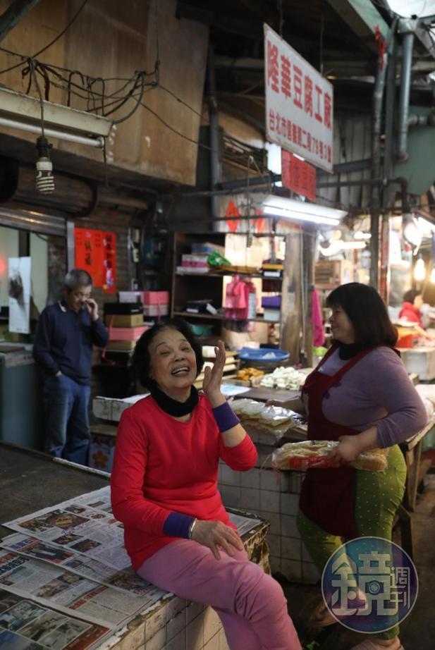 「阿香豆腐」老闆娘林陳春(左)和女兒林千香(右)是市場豆腐姐妹花。